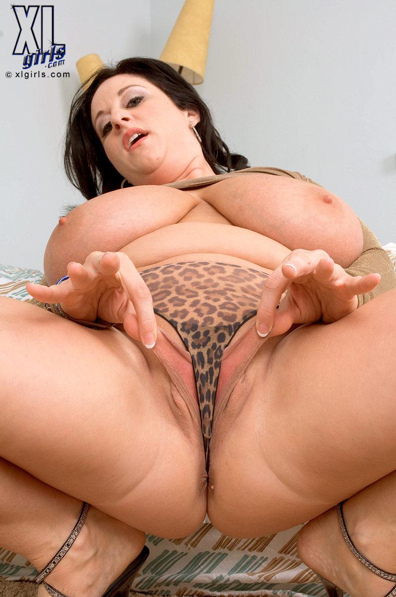 Томная пышечка Джулия с интимной стрижкой раскрыла половые губы