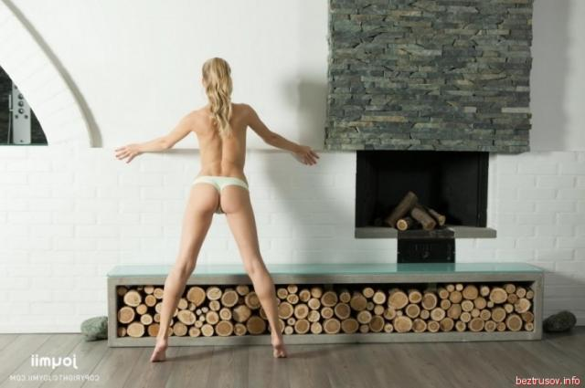 Ласкающая жопу ру, русская брюнетка жена пьяная делает миньет друзьям мужа порно