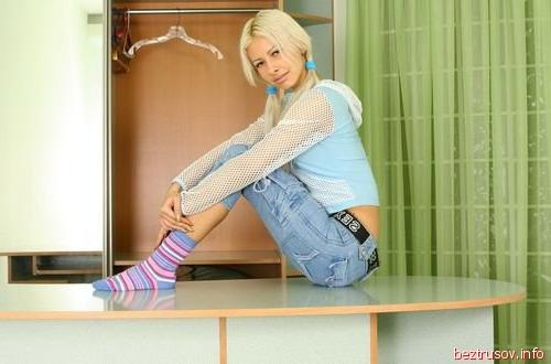 Молодая гимнастка голая, русская блондинка дает двоим