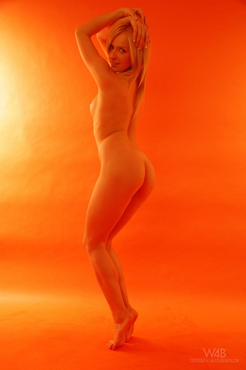 Голая гимнастка показывает изящную сраку и гладкие дойки