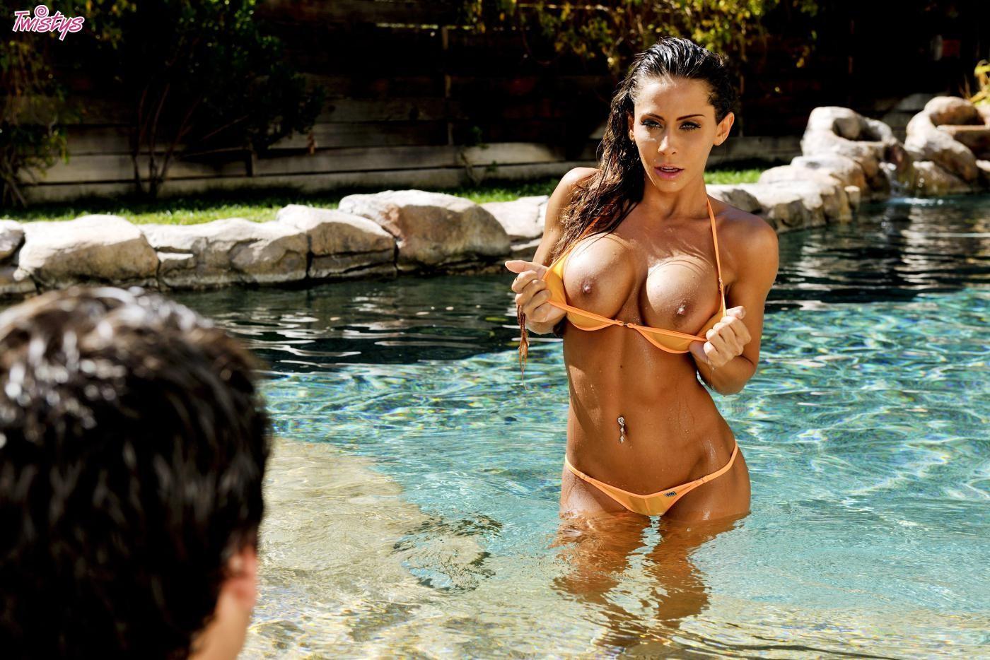 Ебля в бассейне женщины с силиконовой грудью