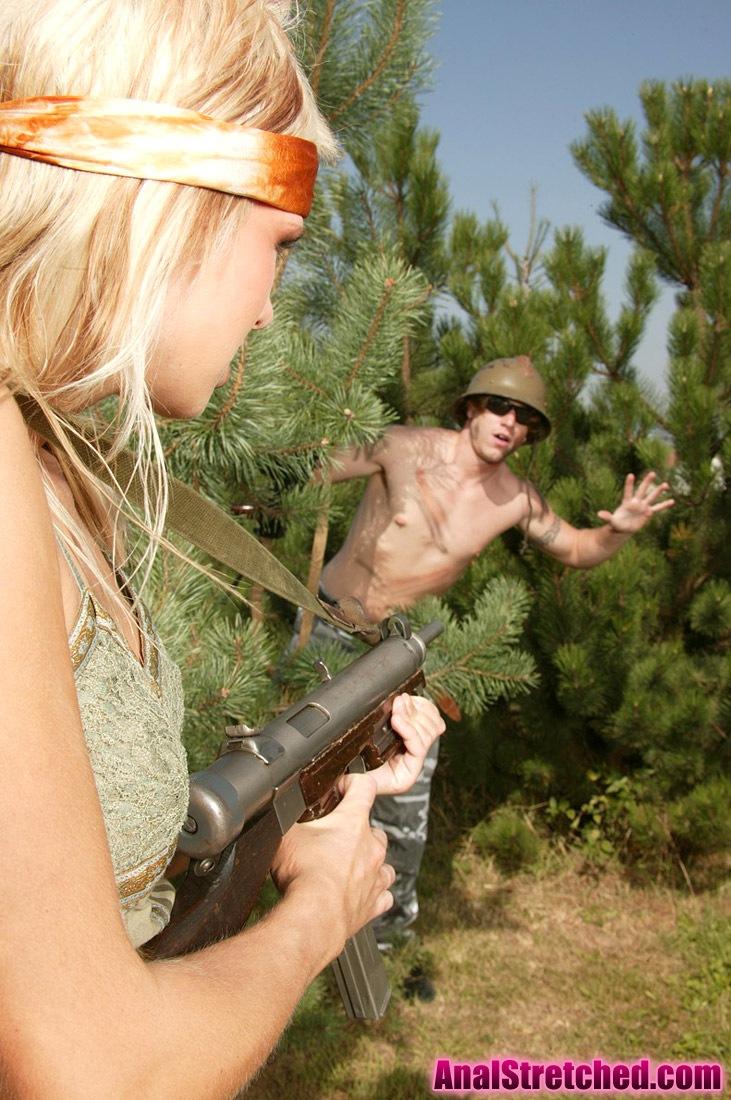 Девушки голые секс с красивыми военными девушками смотреть на видео одну толпой