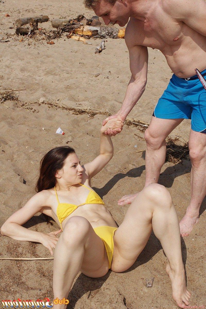 Голая киска на пляже