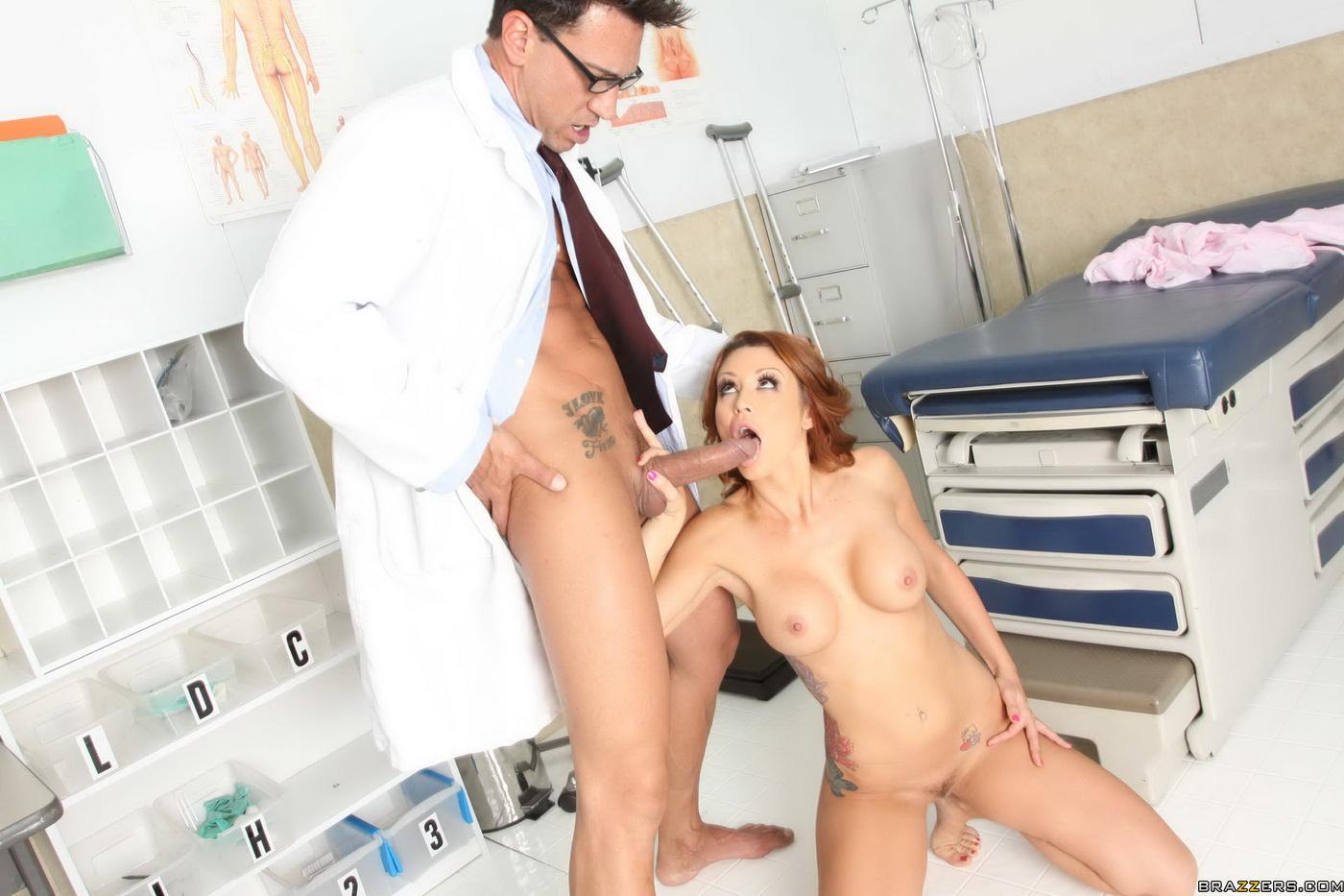 Доктор у себя в кабинете трахает рыжую пациентку